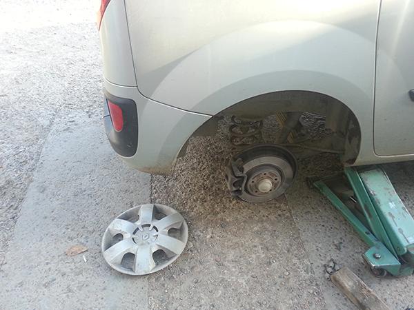 Как заменить задние тормозные колодки на Рено Кангу 2013года.